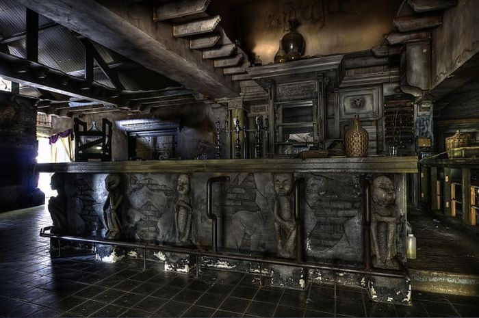 abandonedspookhuysrestaurantbar15.jpg